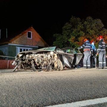 FOTO/VIDEO: I-a sărit motorul câțiva zeci de metri după ce s-a izbit de un cap de pod