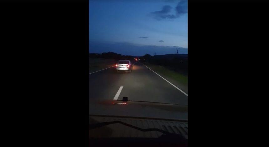 VIDEO PERICOL ÎN TRAFIC! Poliția caută un șofer care s-a aventurat rupt de beat prin județ