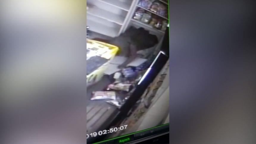 VIDEO Spargere de cascadorii râsului! Un hoț s-a strecurat într-un chioșc printre chipsuri și snacksuri
