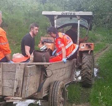 FOTO: Tractor în loc de elicopter, pentru a salva viața unui bunic!