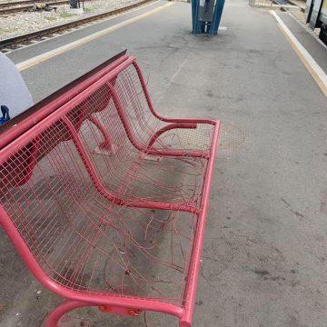 FOTO: Câtă purtare de grijă! La trei ani de când au fost stricate, băncile de la gară arată la fel!
