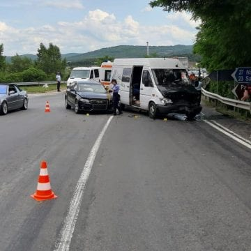 FOTO: Microbuz cu pasageri implicat într-un accident în Coldău!