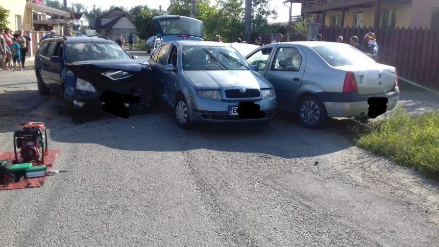 """FOTO: """"Sandviș"""" cu trei mașini pe o stradă din Beclean"""
