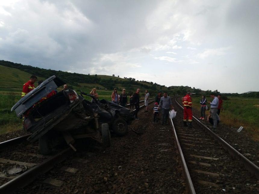 VIDEO: Un bistrițean a murit după ce mașina în care se afla a fost spulberată de tren