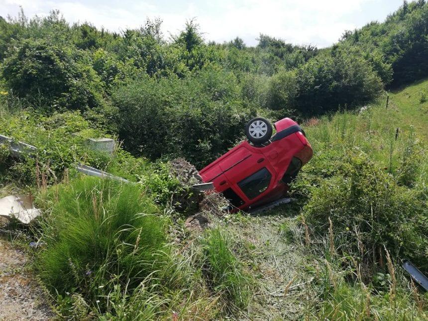 FOTO/VIDEO: A scăpat ca prin minune după o cascadorie cu mașina, pe Dealul Sigmirului