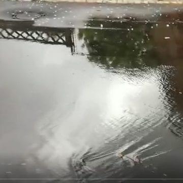 VIDEO: Asfaltarea a avut succes! Oamenii de pe Caragiale sunt cu apa în curți!