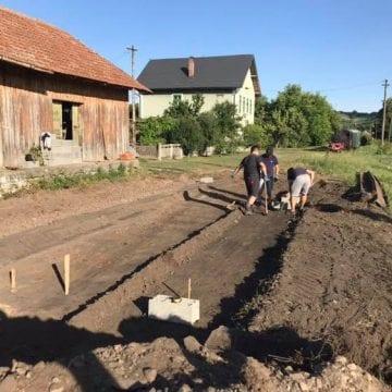 FOTO – Mocănița Transilvaniei: A-nceput construcția depoului drezinei! Dați o mână de ajutor?
