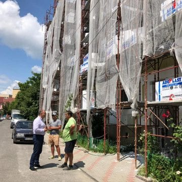 FOTO: Izolarea blocurilor este în toi! Vezi cu ce se laudă administrația bistrițeană: