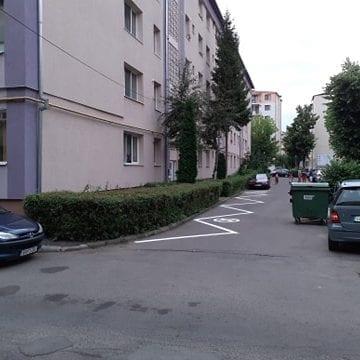FOTO: Tună și trăznește pe o stradă din Bistrița din cauza marcajelor rutiere