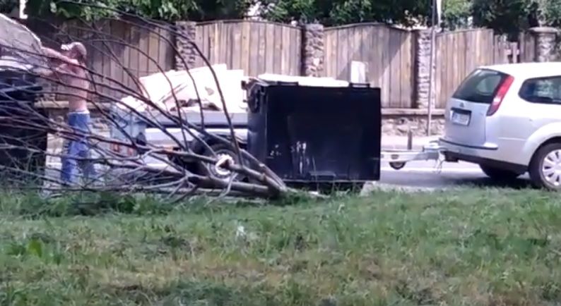 VIDEO: S-a debarasat de remorca plină cu moloz în plină zi, în văzul tuturor
