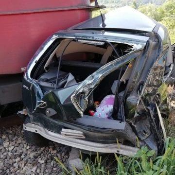 FOTO/VIDEO: Mașină spulberată de tren în Nepos. Două persoane în stop cardiorespirator