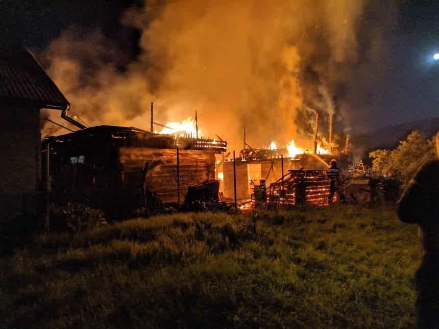 FOTO/VIDEO: Noapte de foc pentru pompierii bistrițeni. Incendiu devastator în Tiha Bârgăului