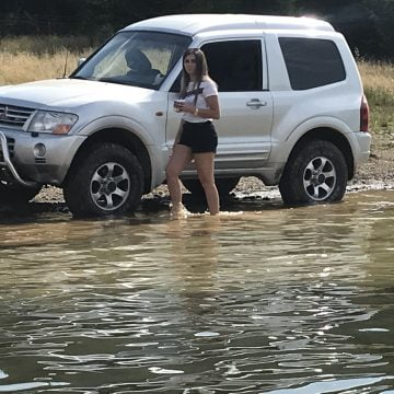 """VIDEO: Și-au spălat roțile mașinii în """"Marea de la munte""""!"""