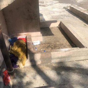 FOTO/VIDEO: Oamenii străzii și-au făcut garsonieră de lux cu WC public în buricul târgului, cu vedere la piscina din fața Consiliului Județean