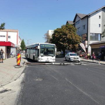 FOTO: Mister – un stâlp de electricitate a ajuns în mijlocul uneia dintre cele mai circulate străzi din municipiu