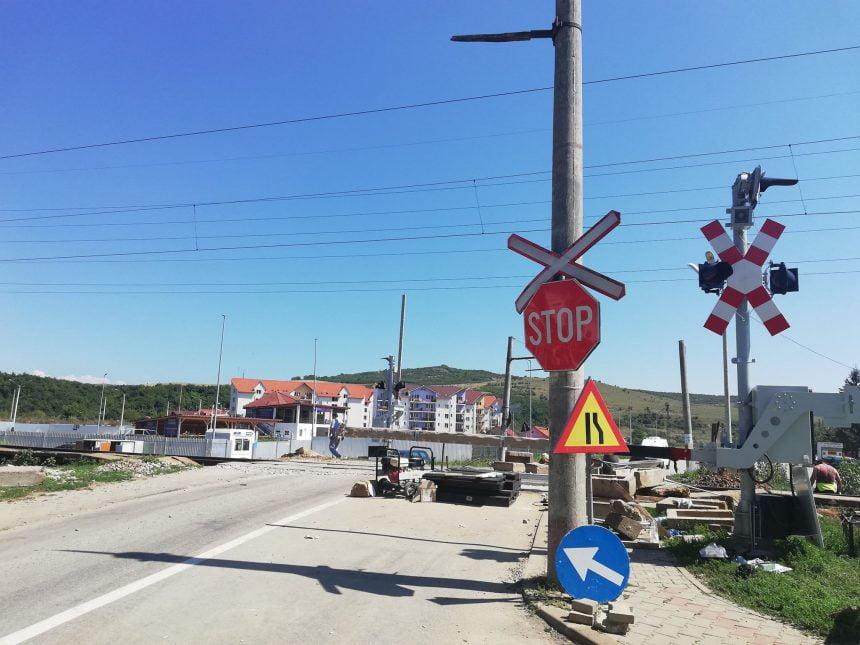 FOTO/VIDEO: Se montează bariere la trecerea cu cale ferată din Viișoara