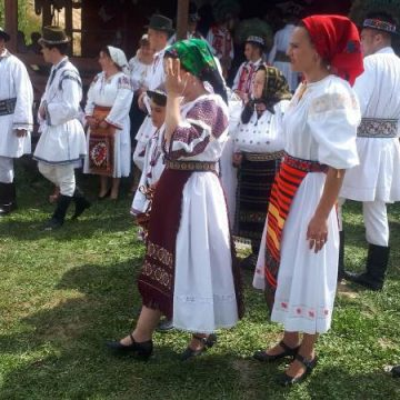 FOTO:  Au încins o horă ca pe vremuri, la cabana Zăpode din Bichigiu!