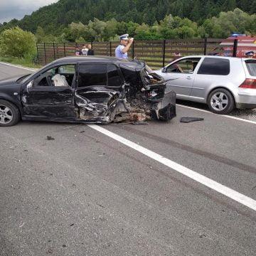 FOTO: Depășire neregulamentară, două mașini în lanul de porumb