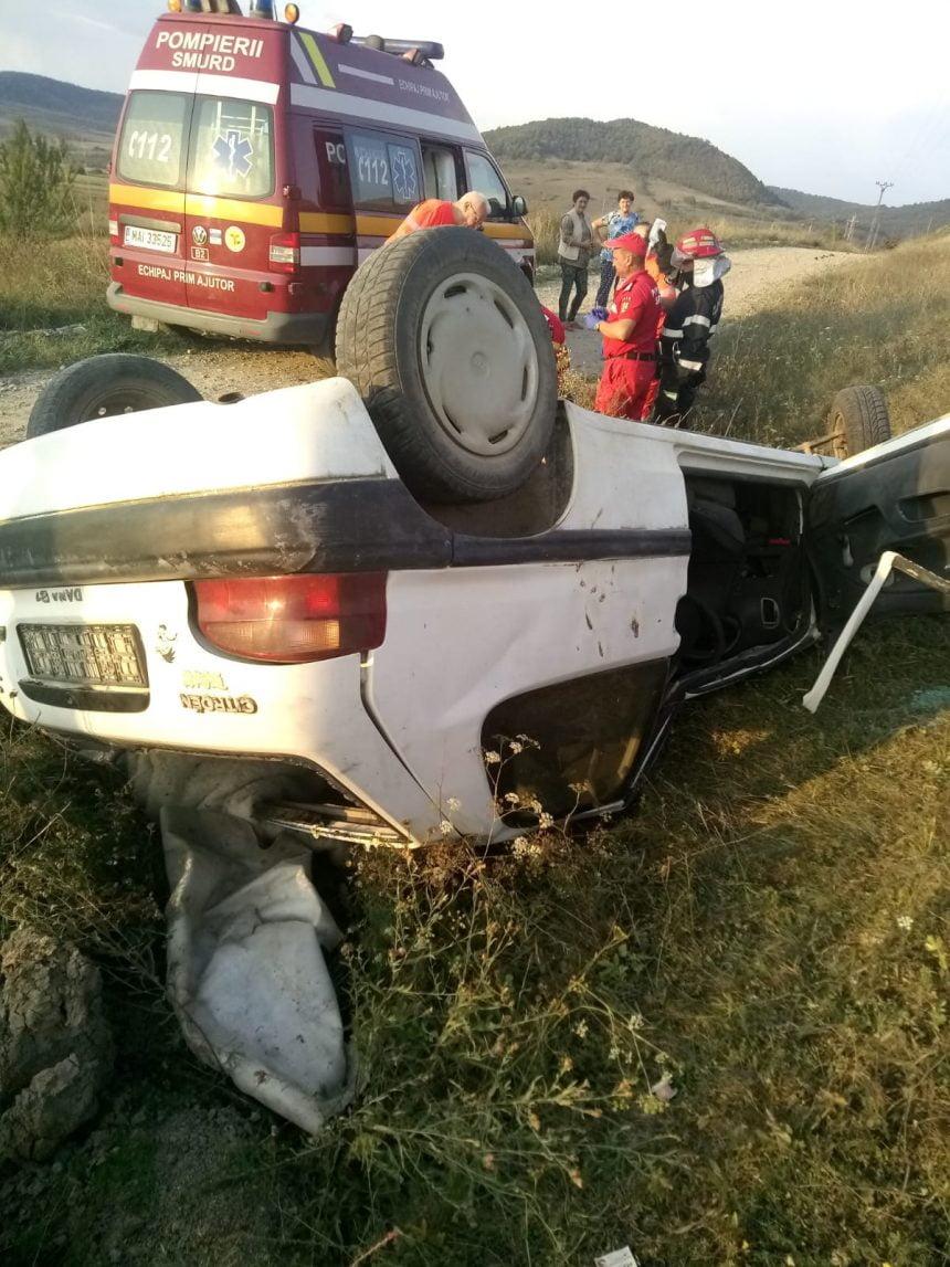 FOTO: TRAGIC – Un bărbat a murit după ce s-a răsturnat cu mașina într-o curbă