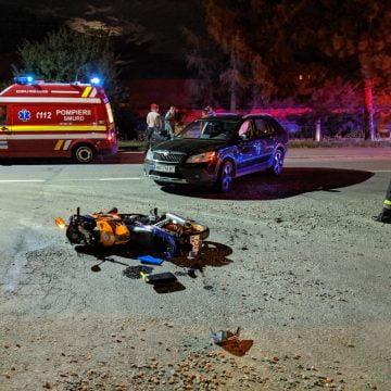 FOTO: Impact între o motocicletă și o mașină, la pasarela de la Dedeman