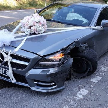 """FOTO: Pagubă mare pentru nașul mare de la nunta """"regală""""! Și-a julit rău bolidul, a rămas pe trei roți"""