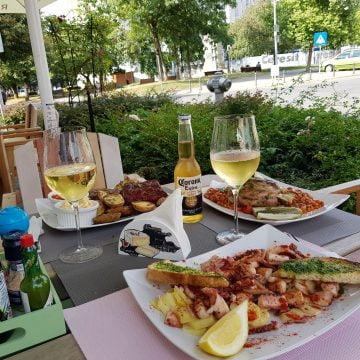 L'Aroma e în inima Bistriței! Dacă îți place bucătăria spaniolă, în porții generoase, treci pe la ei! N-o să regreți decât că nu poți mânca mai mult!