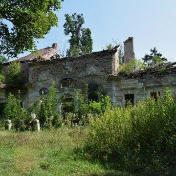 Cu acoperișul prăbușit în proporție de 70%, castelul de la Comlod mai are de așteptat până la reabilitare