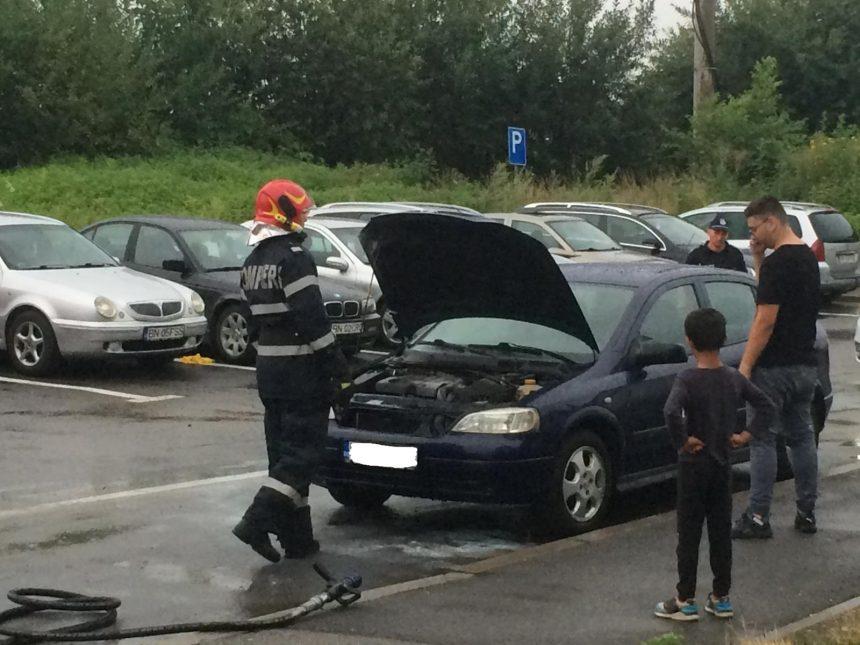 FOTO: Incendiu la un autoturism din cauza unui scurtcircuit