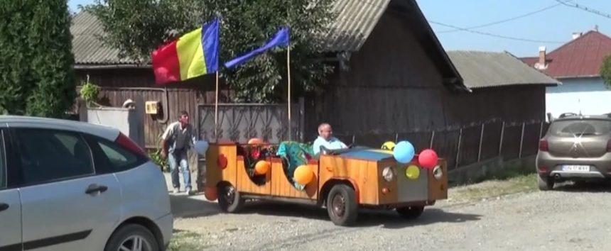 """Ofertă inedită a unui bărbat din Cușma: """"Caleașcă"""" motorizată din lemn de brad, pentru nunți speciale"""