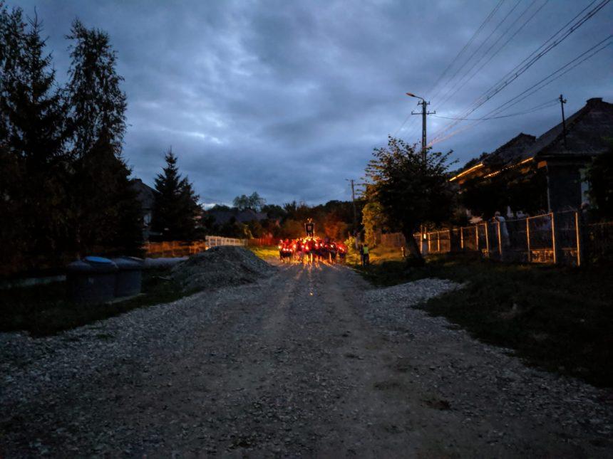 FOTO/VIDEO De decenii copii și bătrâni dintr-un sat din județ bat zeci de kilometri pe jos pentru a ajunge de Sfânta Marie la Nicula