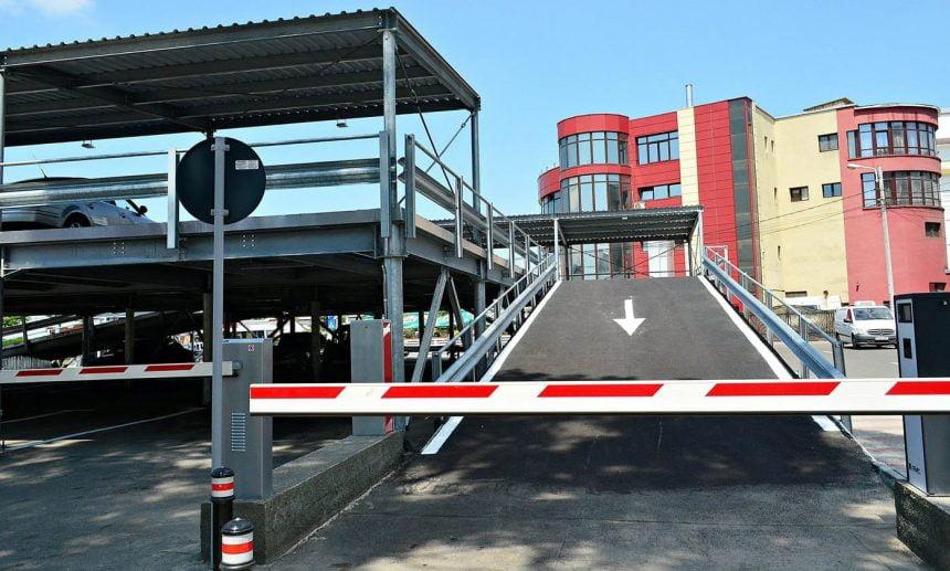 Punct termic pus la pământ pentru a face loc primei parcări supraetajate din Bistrița