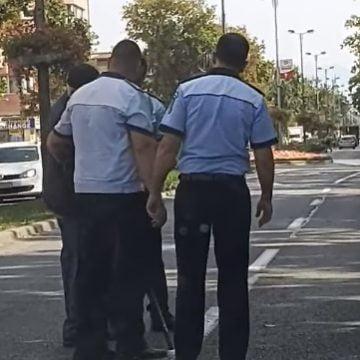 VIDEO: Așa da! Lecție de umanitate dată de polițiști și un pompier