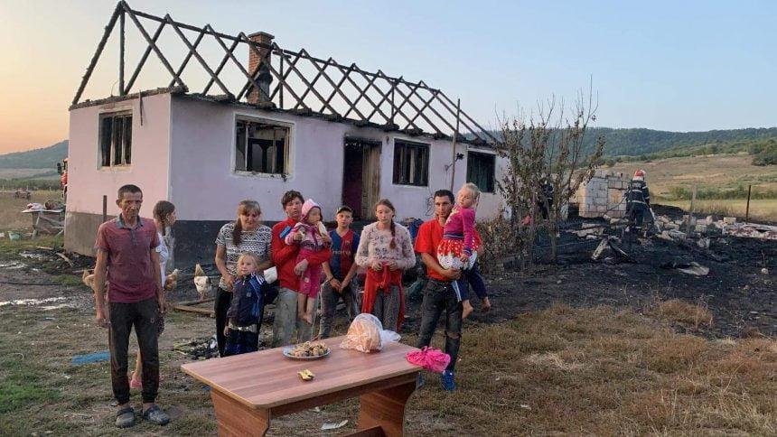 FOTO/VIDEO: Incendiu devastator la o casă în Șieu Măgheruș. O familie cu 11 membri a rămas fără acoperiș deasupra capului