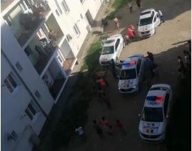 VIDEO: I-au ignorat pe polițiști și apoi au sărit la bătaie! Și-au luat-o!