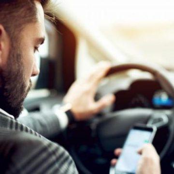Adio live pe Facebook la volan! Telefonul în timpul condusului, complet interzis