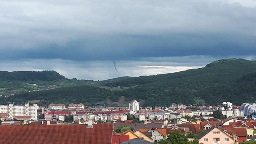 FOTO: Pâlnii de tornadă, surprinse în mai multe zone din jurul Bistriței
