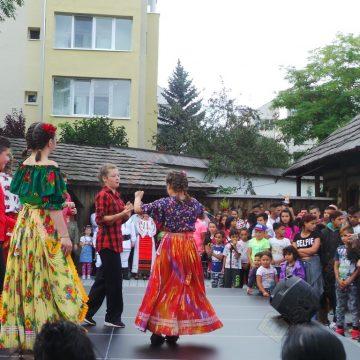 FOTO/VIDEO.  Romii din Bistriţa, în sărbătoare…! Mai puţine meşteşuguri, mai multe dansuri