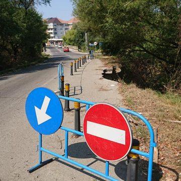 FOTO: Când urgențele nu sunt tratate ca urgențe…Drumul surpat ce duce la Jelna, pe lista de așteptare de 100 de zile