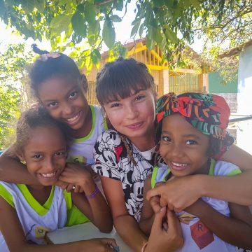 FOTO/VIDEO: Impresionant! La doar 20 de ani, o bistrițeancă predă engleză în Brazilia