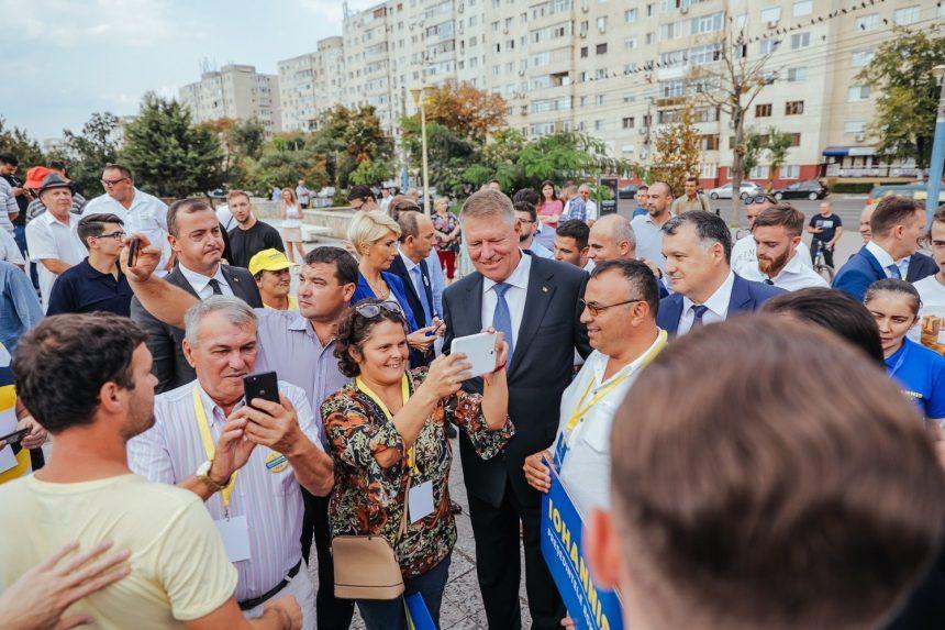 FOTO:  Motivele pentru care românii semnează în număr mare pentru candidatura lui Iohannis