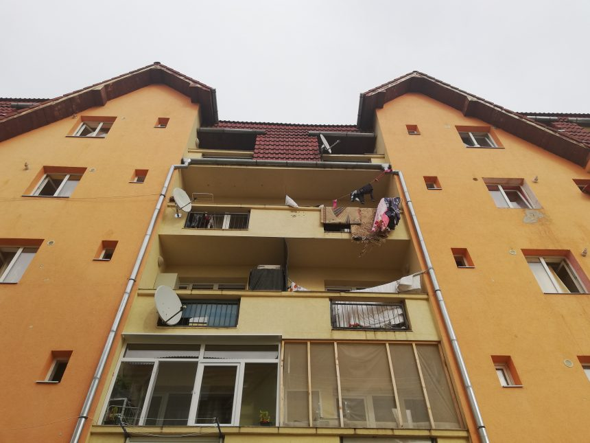 FOTO/VIDEO- BISTRIȚA: Un copilaș de 5 ani a căzut de la etaj