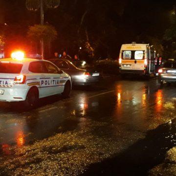 FOTO: S-a înfipt cu mașina în stâlp, pe Bulevardul Independenței