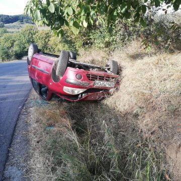 FOTO: O familie de maramureșeni s-a dat cu mașina peste cap, la doi pași de Bistrița