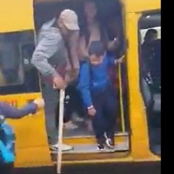 ȘOCANT: Un bărbat cu un topor, în microbuzul școlar de la Nimigea