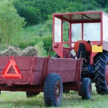 Un bărbat a murit după ce a căzut dintr-o căruță trasă de un tractorist beat