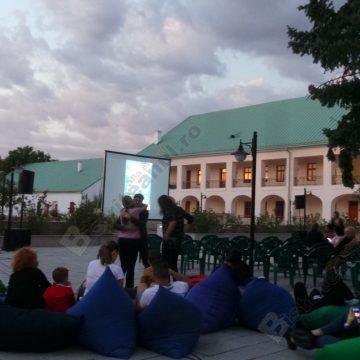 VIDEO:  Curtea muzeului s-a transformat în cinema…!