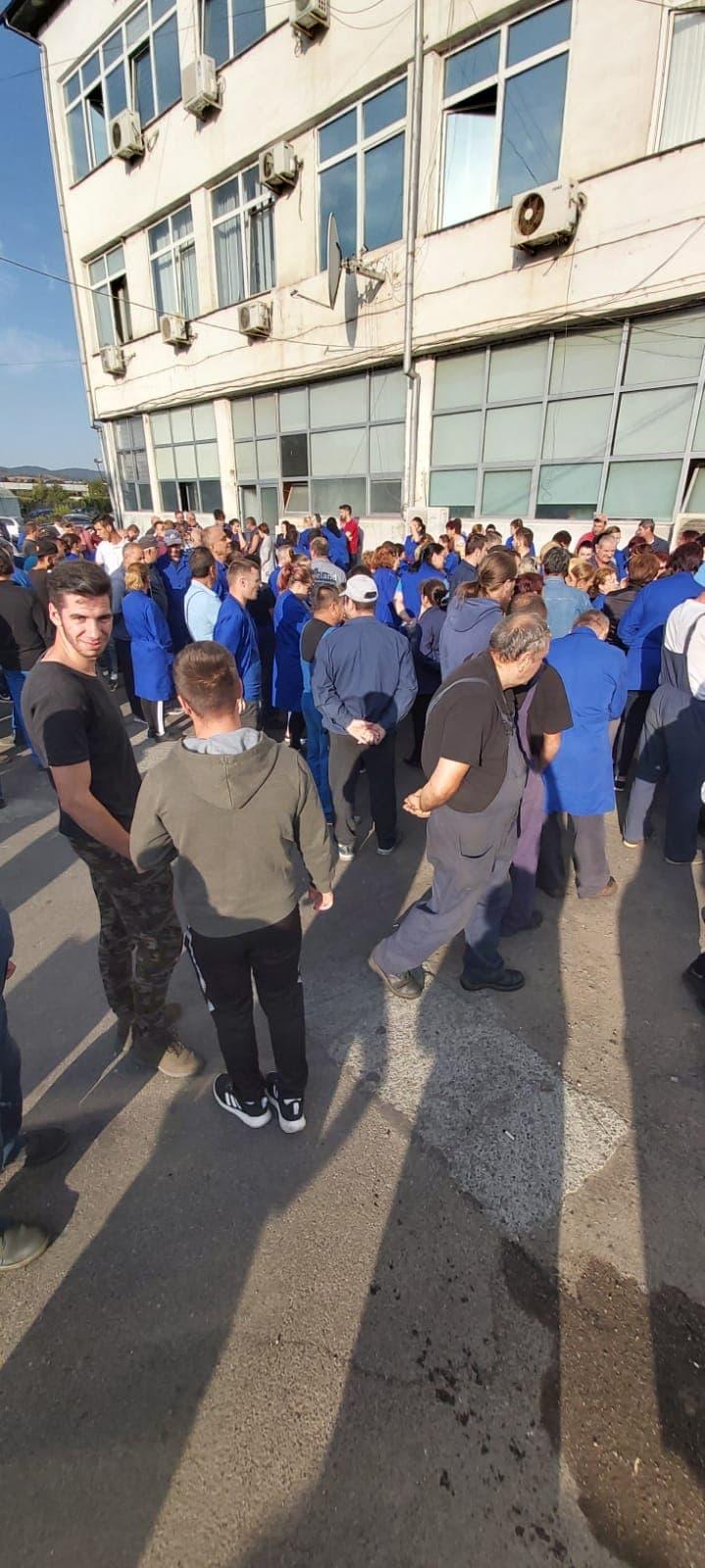 FOTO/VIDEO: Grevă spontană la RAAL! Oamenii au ieşit în curte