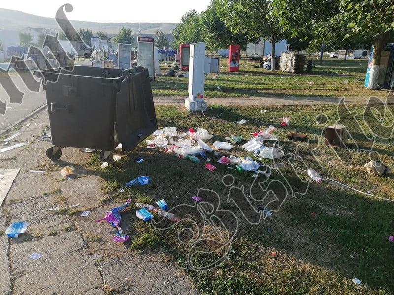FOTO/VIDEO: Lipsa educației, în imagini! Heidenfeld, groapă de gunoi, după Târgul Mare al Bistriței