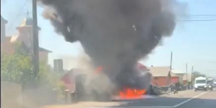 FOTO/VIDEO: Cap de TIR în flăcări, după un impact cu un autoturism
