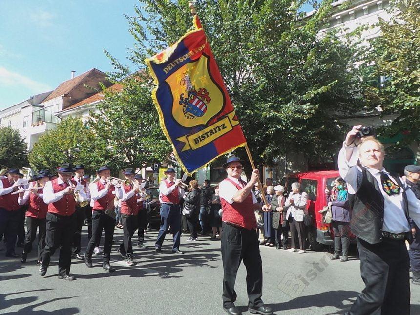 FOTO/VIDEO: Spectaculoasă paradă de costume tradiţionale săseşti, pe străzile din Bistriţa!